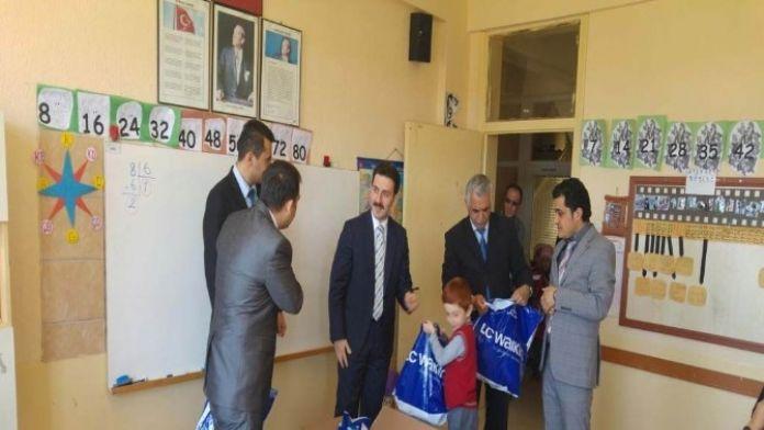 Derebucak'ta Öğrencilere Giyim Yardımı