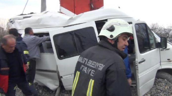 Malatya'da hemzemin geçitte kaza: 1 ölü, 16 yaralı