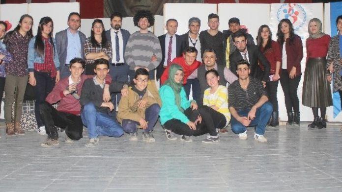 Hakkari 'De 'Barış' Adlı Tiyatro Oyununa Büyük İlgi
