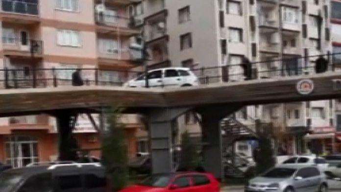 Üst geçitte bir otomobil