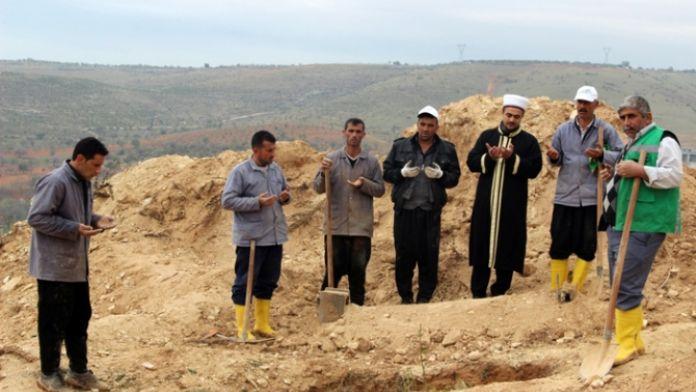 O kadını sahiplenen çıkmadı: Mezarlık görevlileri gömdü