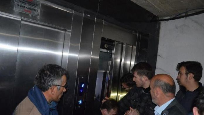 AK Partili milletvekili asansörde mahsur kaldı, selfie çekti