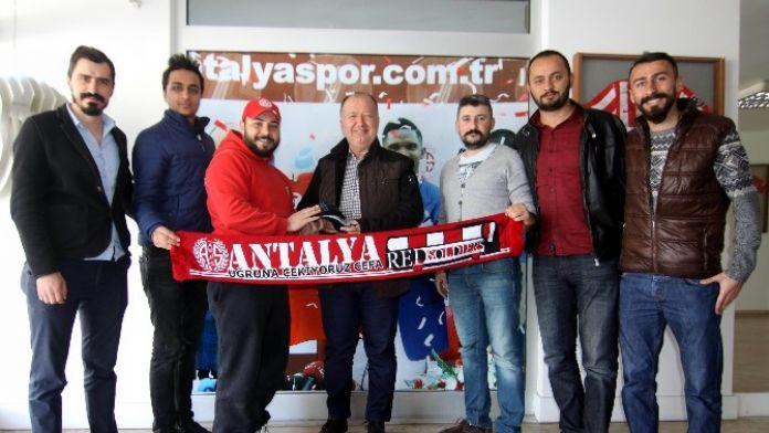 Antalyaspor Taraftarından Gencer'e Hediye Çorap