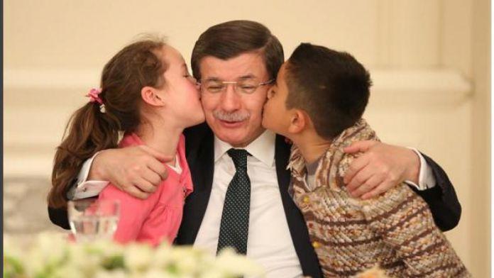 Davutoğlu'ndan, 'Şehitlerimizin emanetleri' notlu fotoğraf