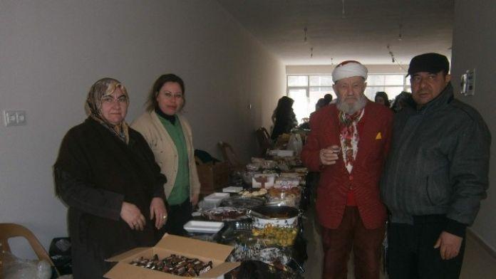 Bolvadin'de Engelsiz Anneler Derneği Kermes Açtı
