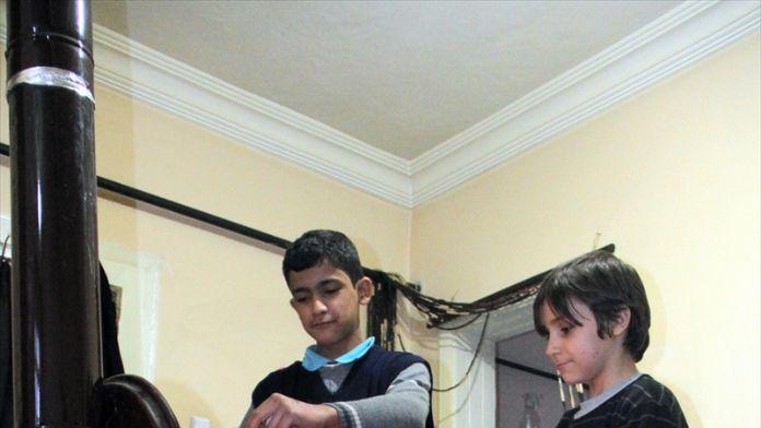 Suriyeli çift torunlarıyla Türkiye'de hayata tutunuyor
