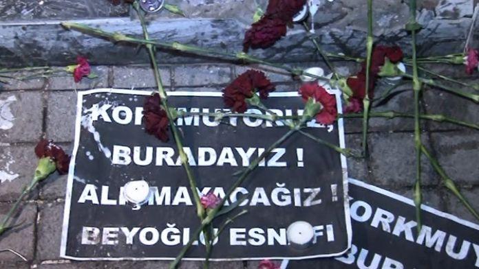 Beyoğlu esnafı saldırıda ölenleri karanfillerle andı