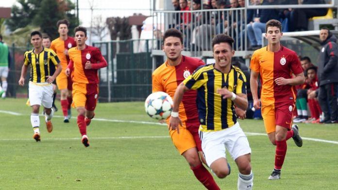İlk derbi Fenerbahçe'nin: Hem de 9 kişiyle