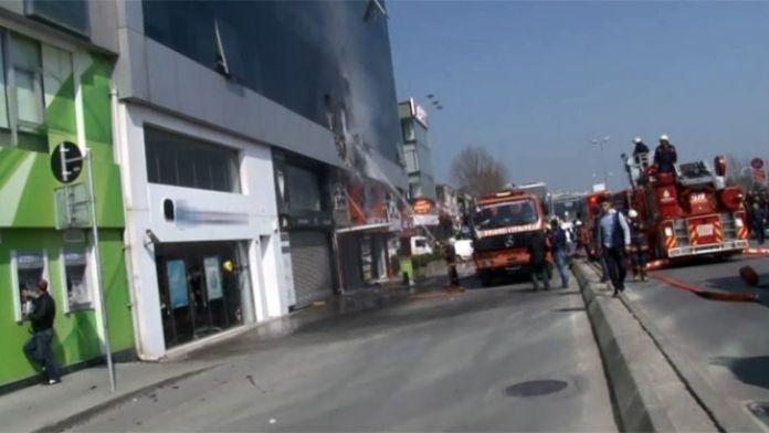 Kağıthane'de korkutan yangın: MHP il binası da...