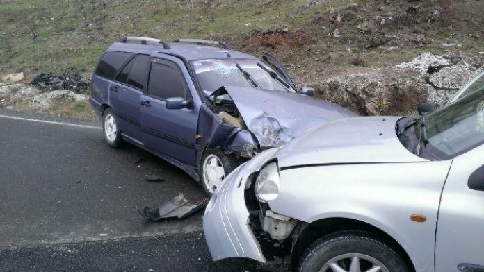 Bozüyük'te 2 Otomobil Çarpıştı, 7 Yaralı