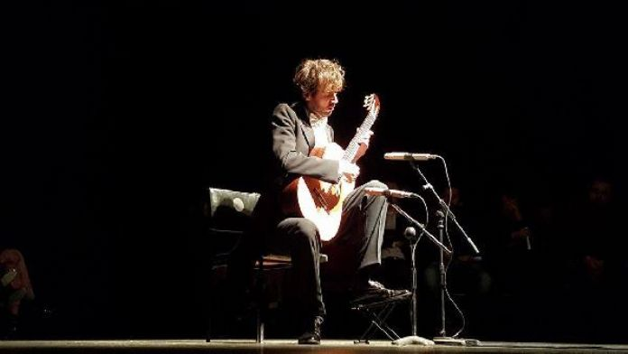 Kosova'da Down Sendromuna dikkat çekmek için ünlü sanatçı konser verdi