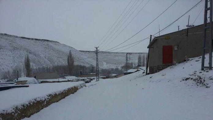 Gürün Baharı Kar Yağışıyla Karşıladı