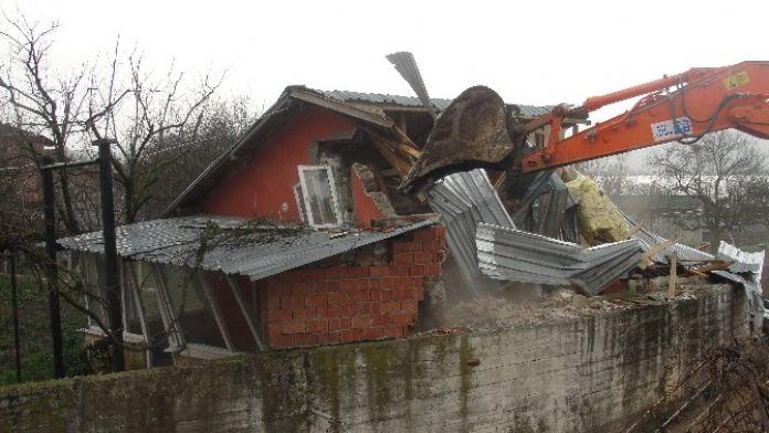 Kartepe Belediyesi Ekipleri Dere Yatağındaki Binayı Yıktı
