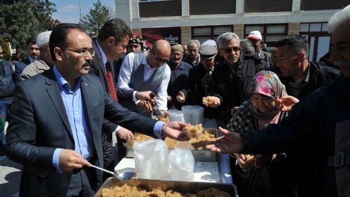 Uşak'ta Başkanlar, Şehitlerin Ruhu İçin UN Helvası Dağıttı