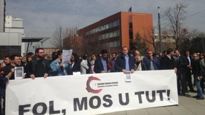 Kosova'da basın mensupları başbakanı protesto etti