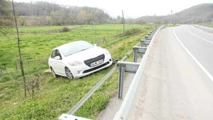 Yoldan Çıkan Otomobil Tarlaya Uçtu