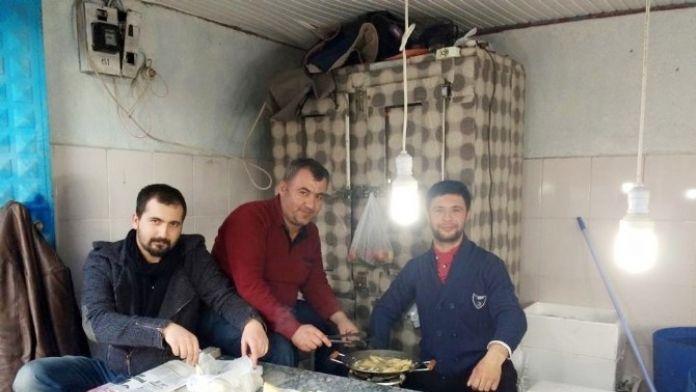 Balık Satıcısından Müşterilere Pişmiş Balık İkramı