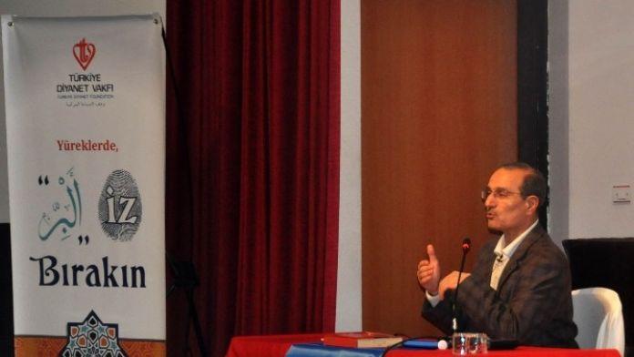 NEÜ'de Prof. Dr. Orhan Çeker Helal Gıda Konferansı Verdi
