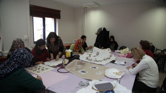 Kursiyerler Dekoratif Örtünün İnceliklerini Öğreniyor