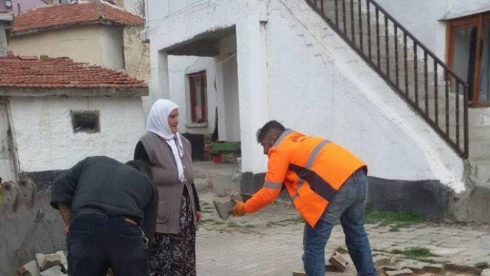 Yaşlı Kadının Evinin Önündeki Taşları Söktüler