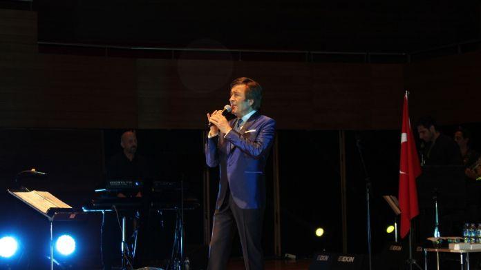 Erol Evgin Atatürk'ün sevdiği şarkılarla büyüledi