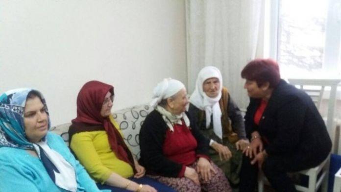 MHP'li Kadınlardan Yaşlılar Haftası Ziyareti