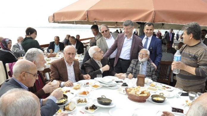 AK Parti'den Yaşlılara Kahvaltı