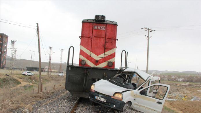 Afyonkarahisar'da tren araca çarptı: 1 ölü, 2 yaralı