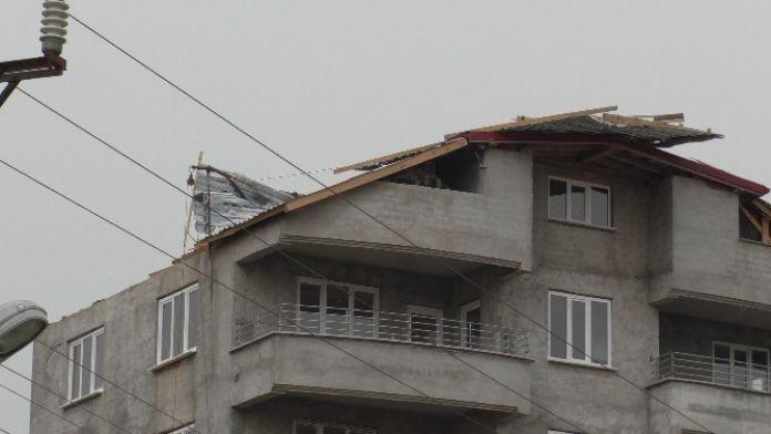Beyşehir'de Rüzgar Çatıdaki Kaplamaları Söktü