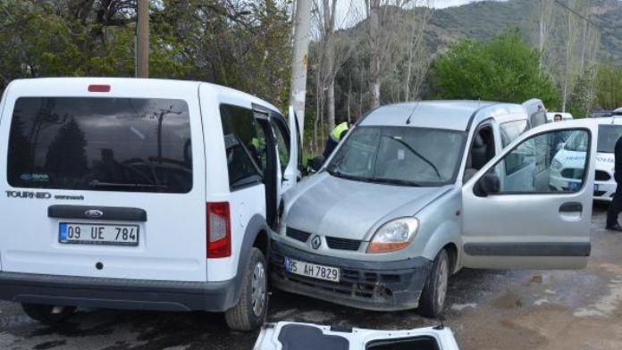 Uygulamadan kaçan otomobilin çaptığı 2 polis yaralandı