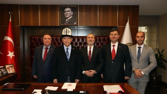 Başkan Yaşar'a Kırgız Kalpağı