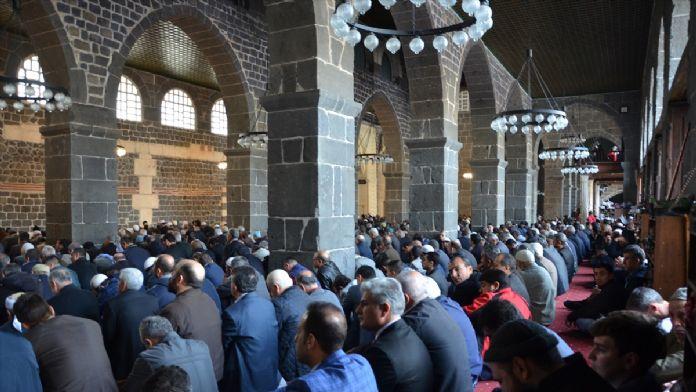 Diyarbakırlılar cuma namazı için Ulu Cami'ye akın etti