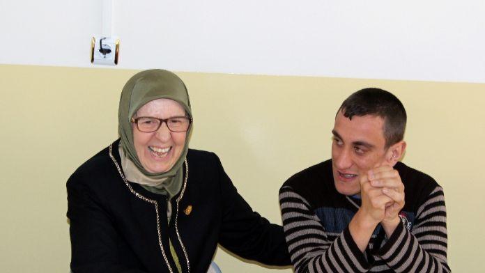 Aile Bakanı Ramazanoğlu, otizmli çocuklarla yemek yedi