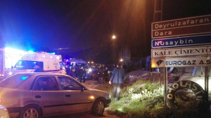 Otomobil ve minibüs çarpıştı: 20 kişi