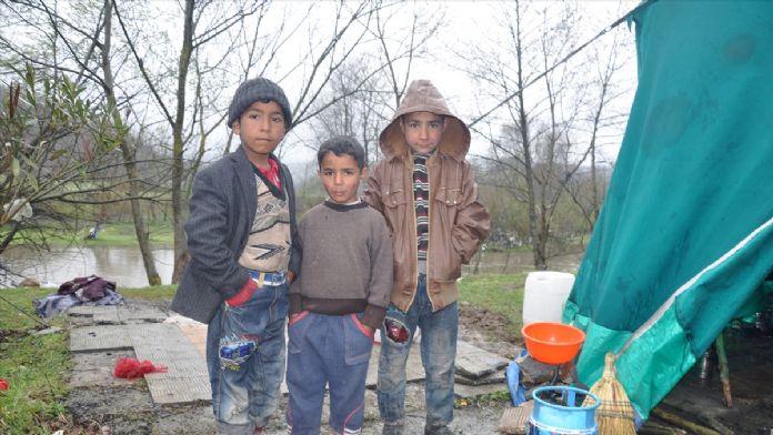 Mevsimlik işçilerin çadırda zorlu yaşamı