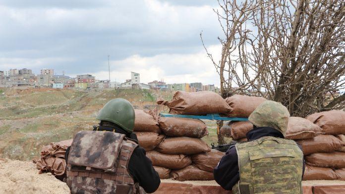 Teröristler üs bölgesine saldırdı