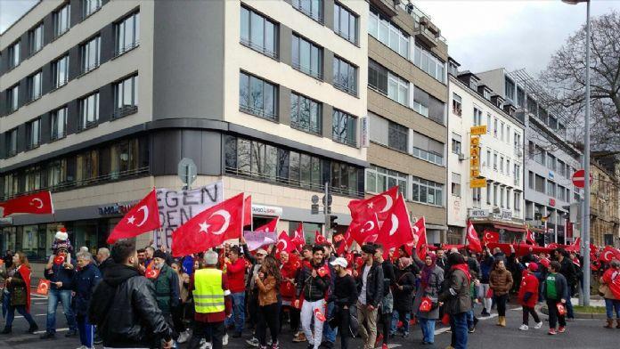 PKK'lılar teröre tepki için yürüyenlere saldırdı