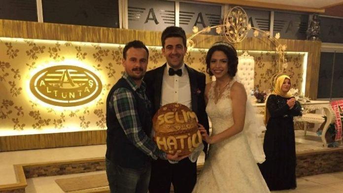 Düğünde Arkadaşına 'Ekmek' Taktı