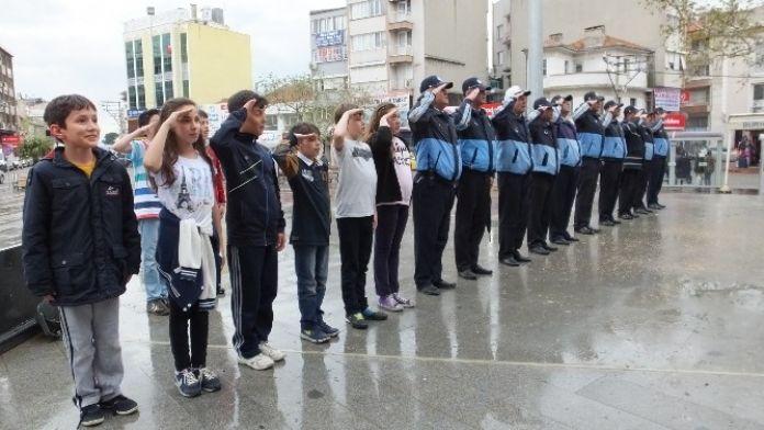 Öğrenciler İstiklal Marşı Okuyan Zabıtaya Eşlik Etti