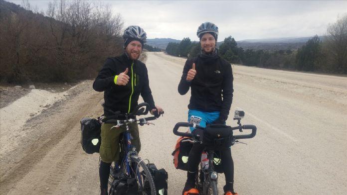 Hollandalı gençlerin bisikletle Kırgızistan yolculuğu