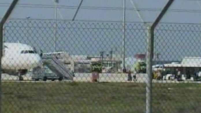 Uçaktaki bazı yolcular tahliye edildi