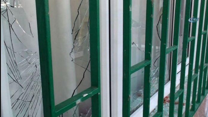 Öfkeli vatandaşlar Beratcan'ın ailesinin evini bastı