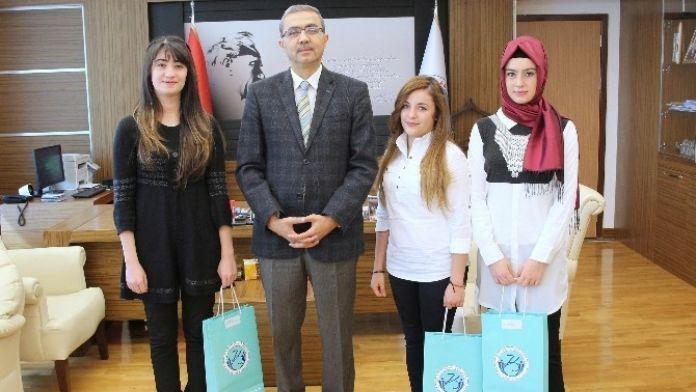 Peçiç Turnuvasında Dereceye Giren Öğrenciler Ödüllerini Rektör Güvenç'ten Aldı
