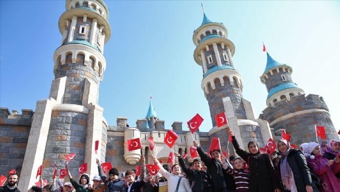 Suriyeli öğrenciler tema parkta eğlendi