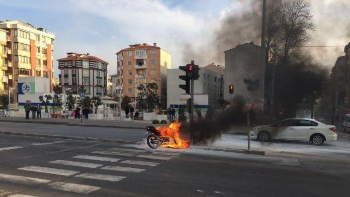 Motosiklet Seyir Halindeyken Alev Aldı