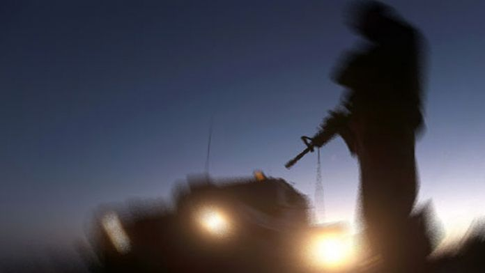 Teröristler Diyarbakır-Bingöl karayolunu kesti