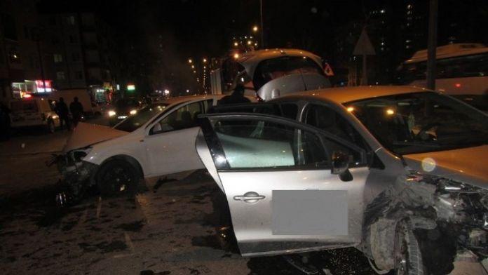 2 Otomobil Kafa Kafaya Çarpıştı: 2 Yaralı