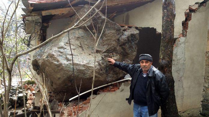 Dev kaya evin üzerine düştü