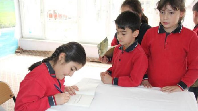 10 yaşındaki Elif şiir kitabını imzaladı