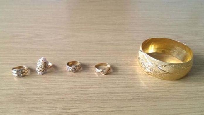 Çaldıkları altınları kuyumcuya satarken yakalandılar